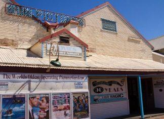 オーストラリアの医学生がへき地ブルームで出会った世界一古い野外映画館
